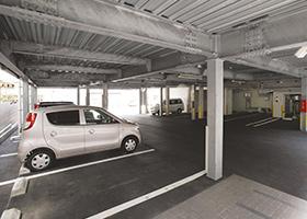 敷地内には屋根付の駐車場を完備。フロントからそのまま乗車出来ます。